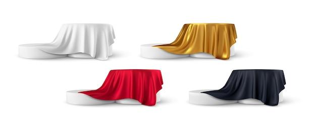 Set van realistische ronde productpodiumvertoningen bedekt met stoffen gordijnenplooien geïsoleerd op wit Premium Vector