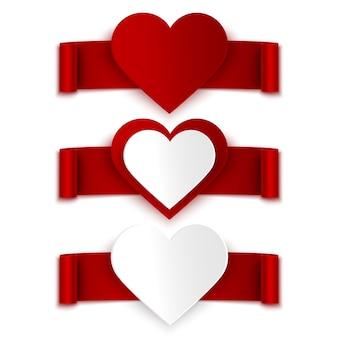 Set van rode linten met realistische harten geïsoleerd op wit