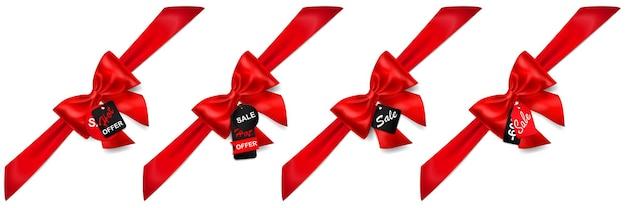Set van rode strikken met diagonaal linten, schaduwen en verkoop labels en tags op witte achtergrond