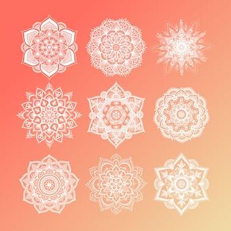 Set van ronde kleurovergang mandala op witte geïsoleerde achtergrond. vector hipster mandala in groene, rode, blauwe, violette en roze kleuren. mandala met bloemenpatronen. yoga sjabloon.