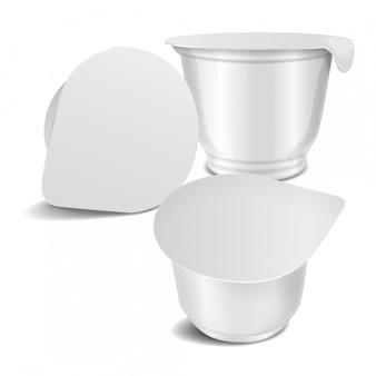 Set van ronde witte glanzende plastic pot met folie deksel voor zuivelproducten, yoghurt, room, dessert of jam. vector realistische verpakking sjabloon