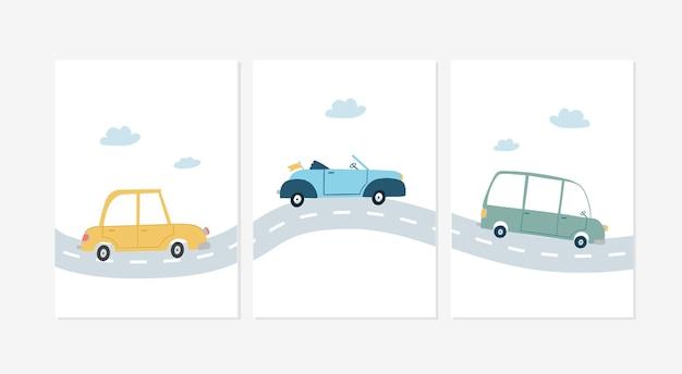 Set van schattige posters met een gele, een blauwe en een groene auto op de weg ontwerp illustraties