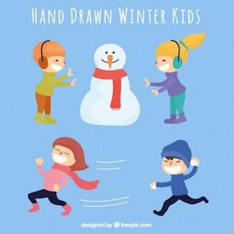 Set van spelende kinderen met een sneeuwman