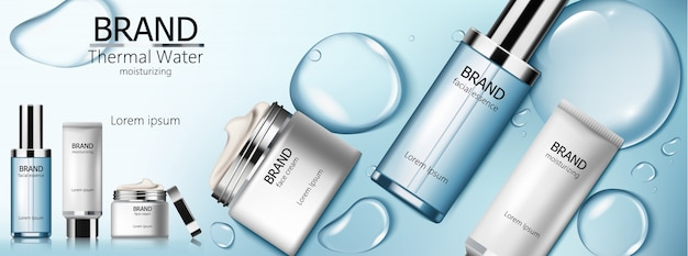 Set van thermaal water cosmetica met gezichtsessentie, vochtinbrengende crème en crème. blauwe belletjes achtergrond