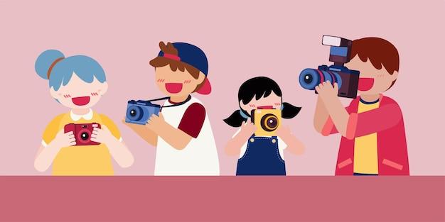 Set van tienerfotograaf die camera in de hand houdt
