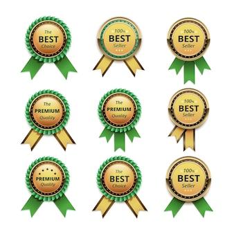 Set van topkwaliteitsgarantie gouden etiketten met groene linten close-up geïsoleerd op een witte achtergrond