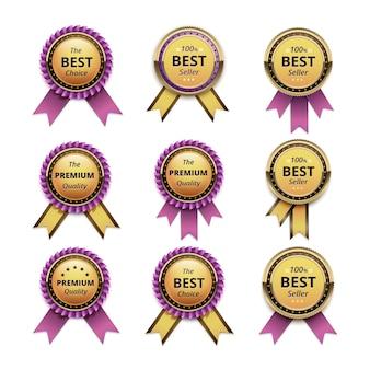 Set van topkwaliteitsgarantie gouden etiketten met roze linten close-up geïsoleerd op een witte achtergrond