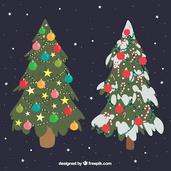 Set van twee grote versierde kerstbomen