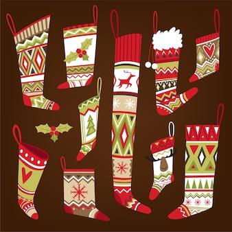 Set van veelkleurige gebreide kerstsokken met patroon in verschillende vormen