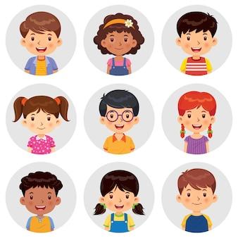 Set van verschillende avatars van jongens en meisjes glimlachen op de grijze cirkelflats.