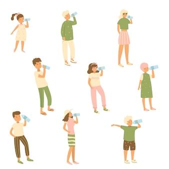 Set van verschillende karakters kind, vrouw, man die water uit de fles drinkt