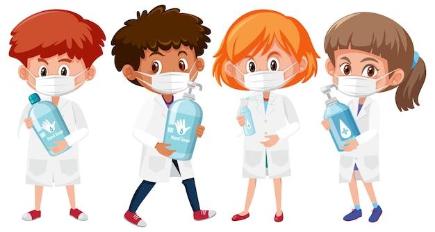 Set van verschillende kinderen in dokterskostuum die productvoorwerpen van het handdesinfecterende middel houden