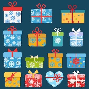 Set van verschillende kleurrijke kerstcadeaudozen met sneeuwvlokken. plat ontwerp
