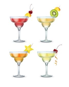 Set van verschillende margarita-cocktails gegarneerd met kersen, stuk mango, kiwi en carambola op tandenstoker geïsoleerd op witte achtergrond