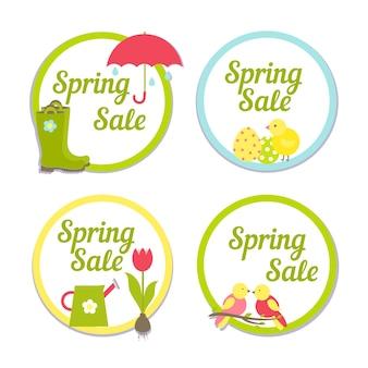 Set van vier ronde labels voor de voorjaarsuitverkoop met eenvoudige kaders die de tekst omsluiten met een afbeelding van de regen, een van de pasen, tuinieren en tulpen en de laatste zangvogels voor reclame en marketing
