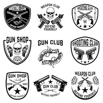 Set van wapenclub, wapenwinkel emblemen. etiketten met pistolen. illustratie