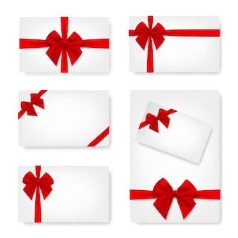 Set van wit papier kaart met cadeau rode satijnen strik