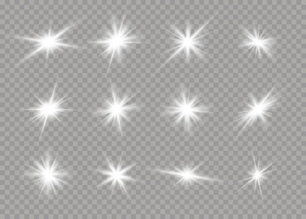 Set van witte gloeiende sterren met licht burst. verblinding, explosie, schittering, lijn, zonnevlam. set van heldere sterren op een transparante achtergrond. sprankelende magische stofdeeltjes.