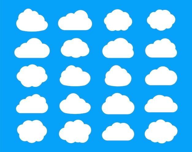 Set van wolken plat geïsoleerd op hemelsblauw.