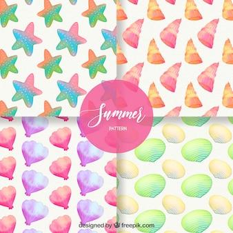 Set van zomerpatronen met kleurrijke zeeschelpen in aquarel stijl