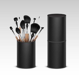 Set van zwarte schone professionele make-up concealer poeder blush oogschaduw wenkbrauwborstels met houten handgrepen in zwart lederen buis geïsoleerd op witte achtergrond