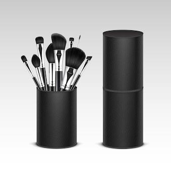 Set van zwarte schone professionele make-up concealer poeder blush oogschaduw wenkbrauwborstels met zwarte handgrepen in lederen buis geïsoleerd op witte achtergrond