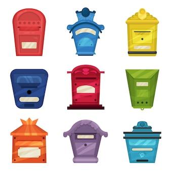 Set vintage brievenbussen. klassieke metalen postdozen voor wandmontage. kleurrijke containers voor brieven en kranten