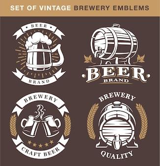 Set vintage brouwerij emblemen op donkere achtergrond. alle elementen staan op de aparte laag.