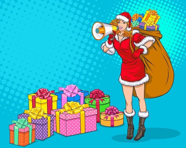 Sexy santa vrouw met megafoon draagt cadeau tas en lege kopie ruimte popart retro komische stijl