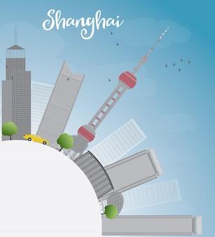 Shanghai skyline met blauwe lucht en grijze wolkenkrabbers.