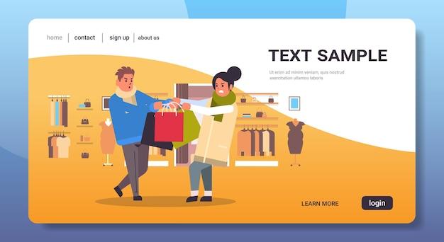 Shoppers paar vechten voor laatste geschenkdoos man vrouw klanten trekken aankopen in verschillende richtingen verkoop strijd seizoensgebonden winkelen