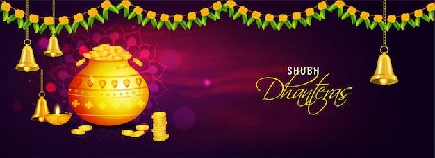Shubh dhanteras-kopbal of banner met gouden muntpot, olielamp (diya) en hangende klok op paarse rookachtergrond die met bloemslinger (toran) wordt verfraaid.