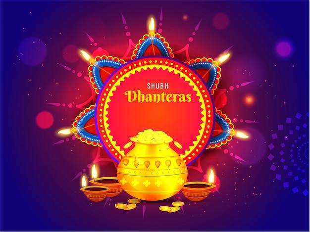 Shubh (happy) dhanteras wenskaart versierd met verlichte olielampen (diya) en gouden munt pot op blauwe bokeh lichteffect achtergrond.