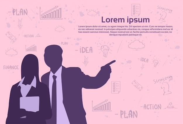 Silhouet bedrijfsman en vrouw over abstracte schetselementen op roze achtergrond met tekstsjabloon, zakenman punt vinger