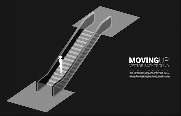 Silhouet dat van onderneemster zich omhoog door roltrap beweegt. concept van carrièrepad en bedrijfsgroei.