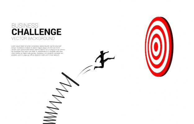 Silhouet die van zakenman springen om dartboard te richten. bedrijfsconcept van targeting en klant. route naar succes.