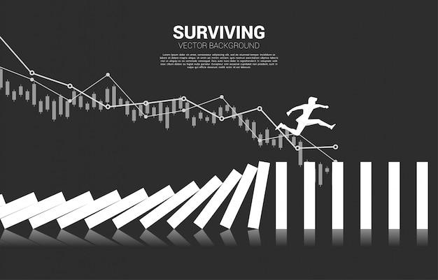 Silhouet die van zakenman weg bij instortingsdomino springen. bedrijfsconcept van bedrijfsverstoring en domino-effect