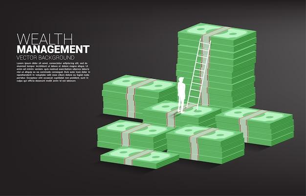 Silhouet die van zakenman zich met stapel van bankbiljet en ladder achtergrondmalplaatje bevinden