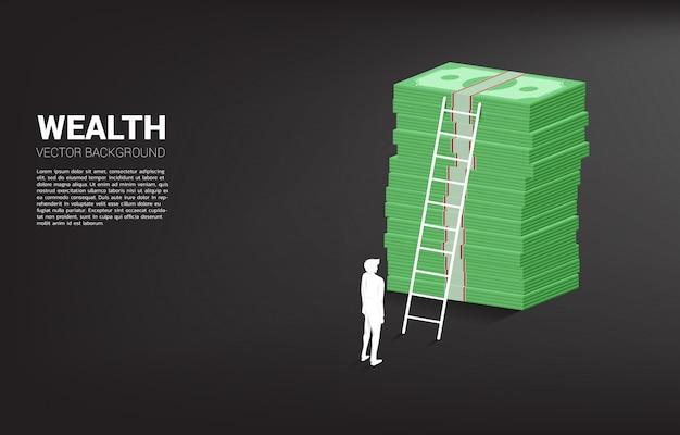 Silhouet die van zakenman zich met stapel van bankbiljet en ladder bevinden