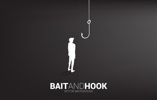 Silhouet die van zakenman zich met visserijhaak bevinden. concept aas en haak in zaken.