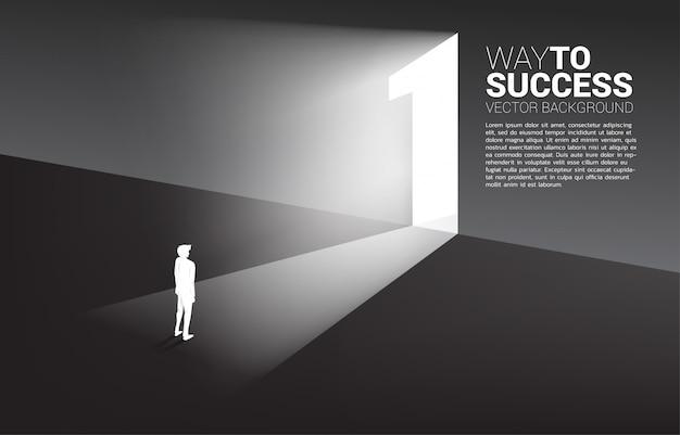 Silhouet die van zakenman zich voor uitgangsdeur nummer één bevinden.