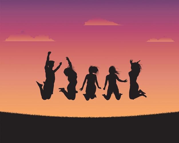 Silhouet gelukkige jonge mensen van zonsondergangachtergrond