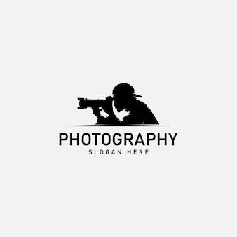 Silhouet mannen fotograaf die naar de camera kijkt vectorillustratie