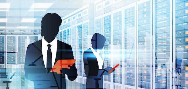 Silhouet mensen werken in data center kamer hosting server computer informatie database