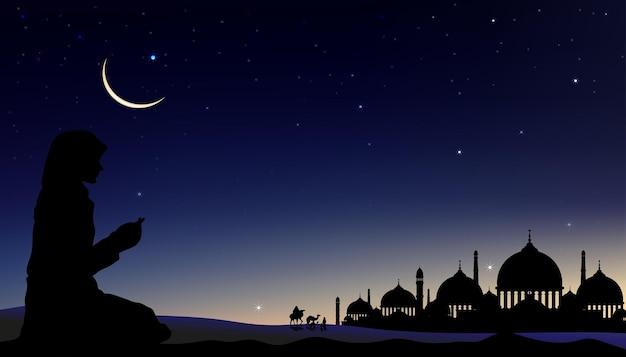 Silhouet moslimvrouw die een smeekbede (salah) doet met arabische familie en kameel wandelen, islamitische moskee 's nachts met wassende maan en ster