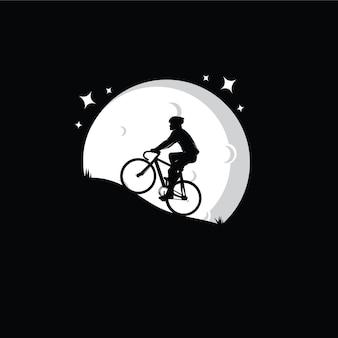 Silhouet van een fietser met maan