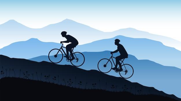 Silhouet van fietsers op de berg.