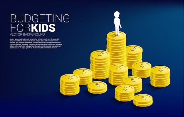 Silhouet van jongen die zich bovenop stapel muntstuk bevindt. banner van budgettering voor kinderen.