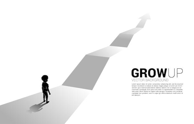 Silhouet van jongen die zich op route met de groeipijl bevindt