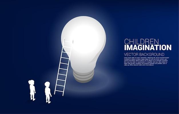 Silhouet van jongen en meisje met ladder naar gloeilamp. concept van onderwijsoplossing en toekomst van kinderen.